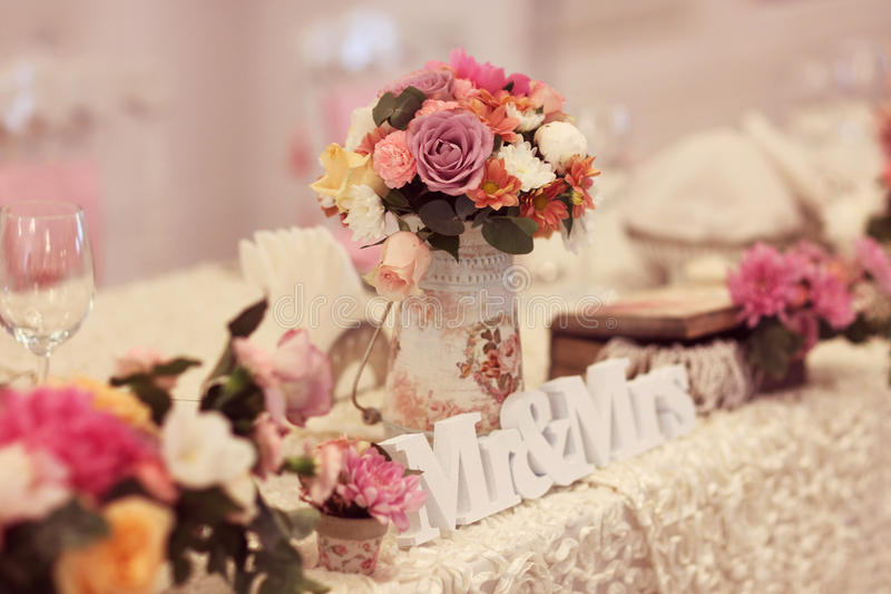 Gifta sig tabellen med MR&MRS-leetters royaltyfria bilder