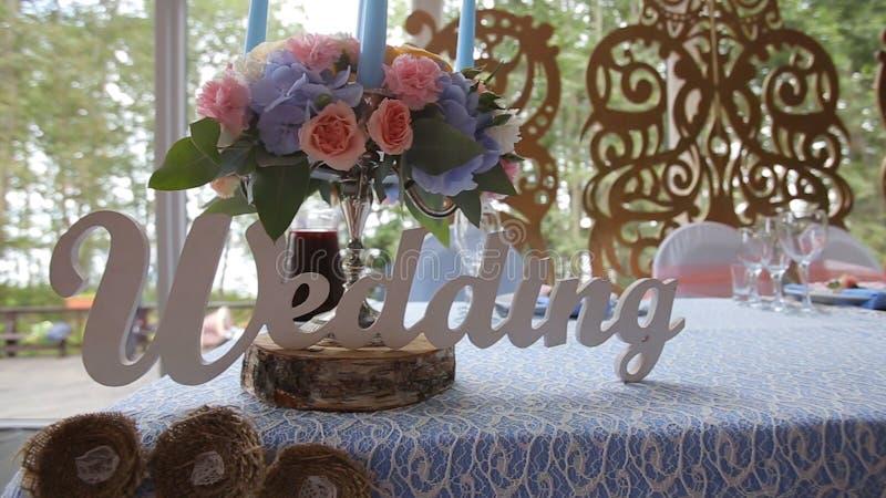 Gifta sig tabellen på en bröllopfestmåltid dekorerade med den brud- buketten Bankett Hall Festlig tabell för bruden och brudgumme royaltyfri fotografi