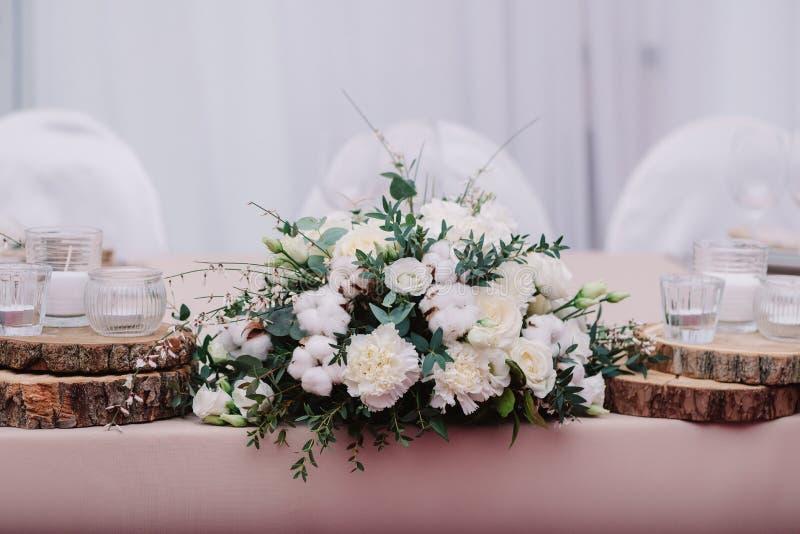 Gifta sig tabellen som dekoreras med buketten och stearinljus fotografering för bildbyråer
