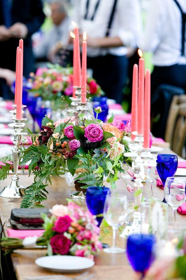 Gifta sig tabellgarneringserie - tabeller ställde in för härlig inomhus skött om lyxig bröllophändelse med purpurfärgade och blom royaltyfri fotografi