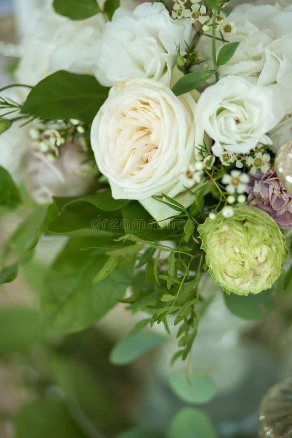 Gifta sig tabellinställningen dekoreras med nya blommor och vita stearinljus Gifta sig som ?r floristry Bukett med rosor, vanlig  royaltyfri foto