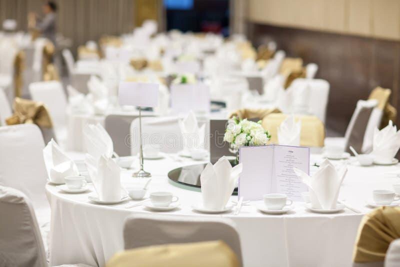 Gifta sig tabelluppsättningar i bröllopkorridor att gifta sig dekorerar förberedelsen royaltyfri fotografi