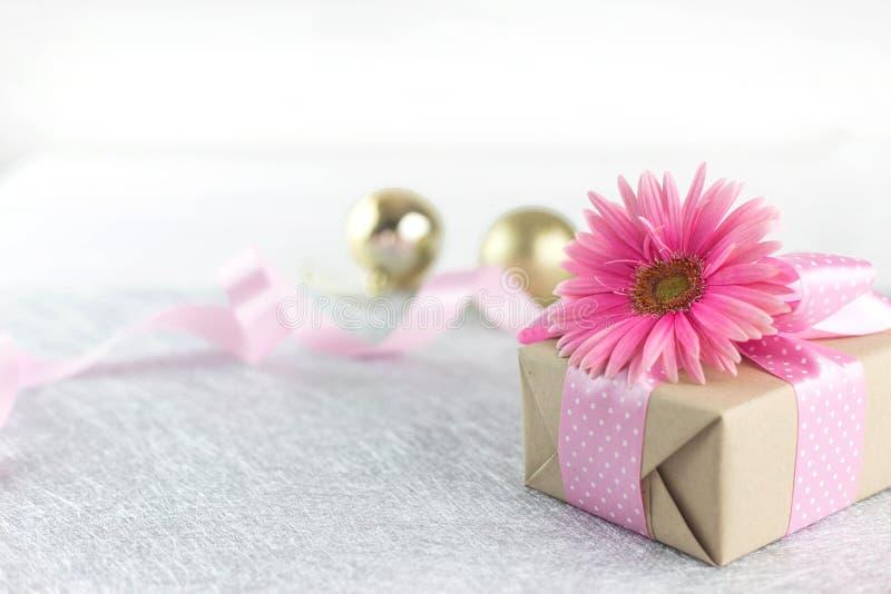 Giftbox и розовая предпосылка ленты стоковое фото