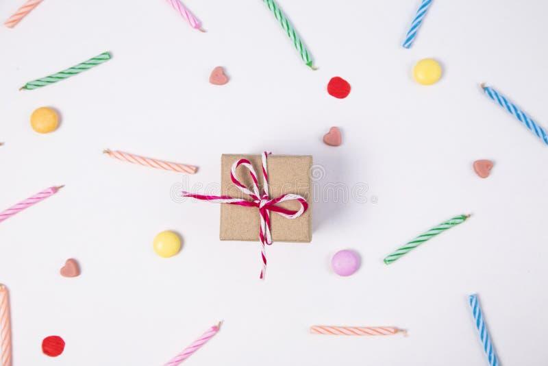 Giftbox с конфетой candlesand для дня рождения на розовой предпосылке стоковое изображение rf
