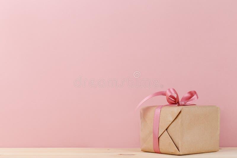 Giftbox с розовой лентой стоковое изображение rf