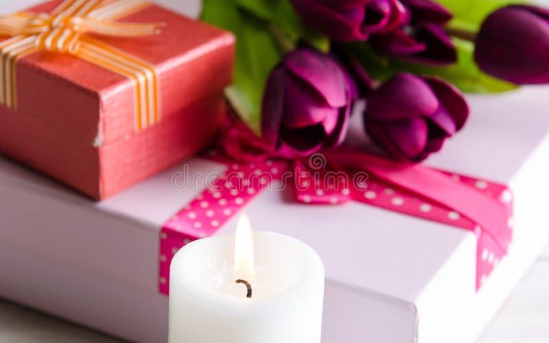 Giftbox arranjou na tabela no conceito do feriado do Valentim de Saint imagens de stock royalty free