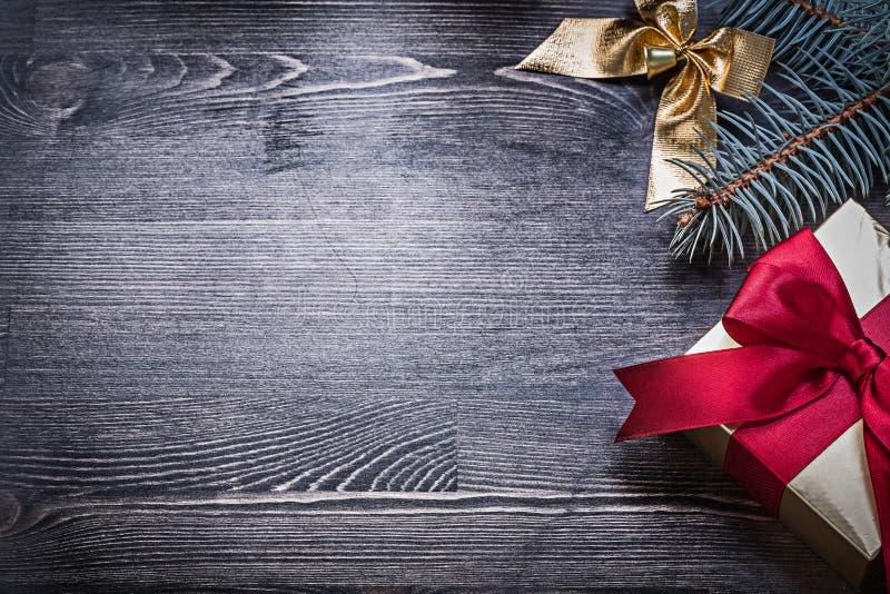 Download Giftbox De La Rama Del Pino Del Arco De La Navidad En El Tablero De Madera Foto de archivo - Imagen de color, cinta: 64210068