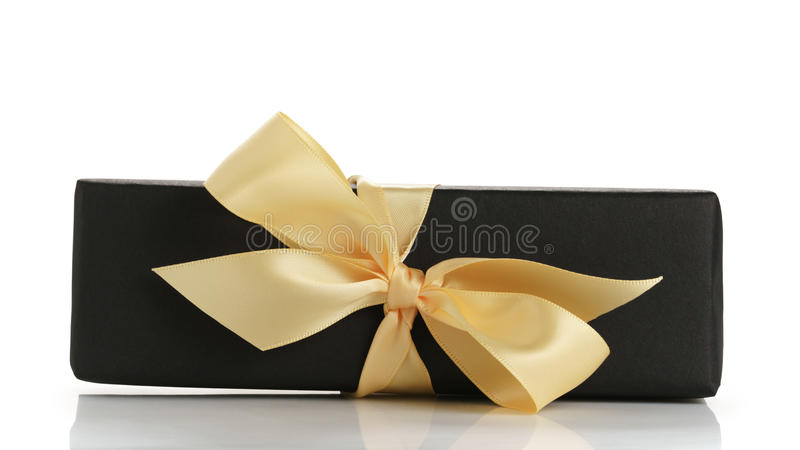 Giftbox de papel preto do retângulo com a curva da fita do champanhe isolada imagem de stock