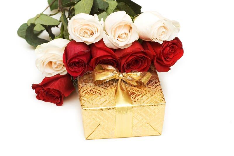 Giftbox e rose isolati fotografia stock