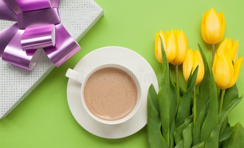 Giftbox i kwiaty z kawą fotografia royalty free