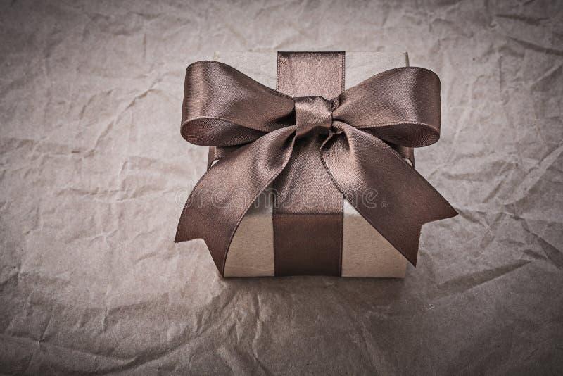 Giftbox med det närvarande bandet på inpackningspapper semestrar begrepp royaltyfri foto
