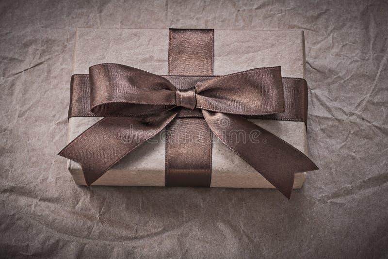 Giftbox med det närvarande bandet på inpackningspapper semestrar begrepp fotografering för bildbyråer