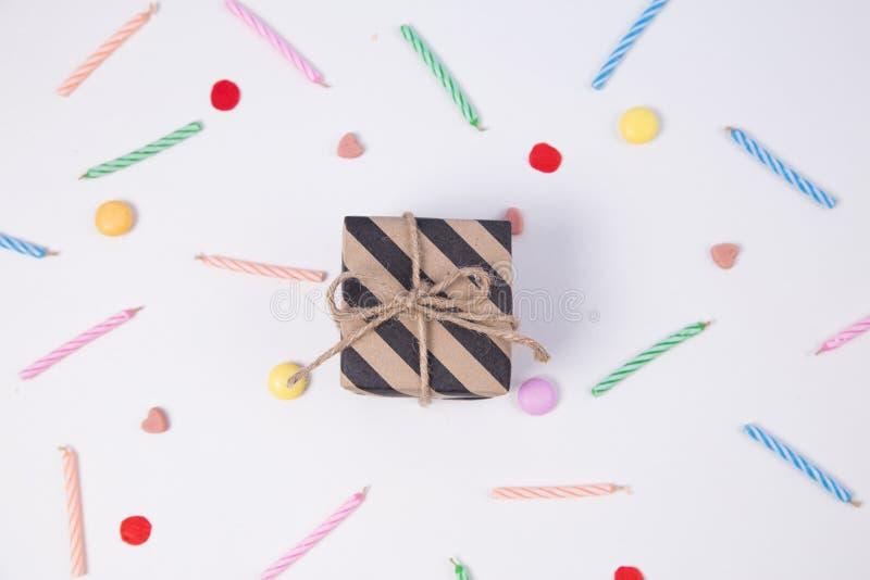 Giftbox met candlesandsuikergoed voor verjaardag op roze achtergrond stock foto
