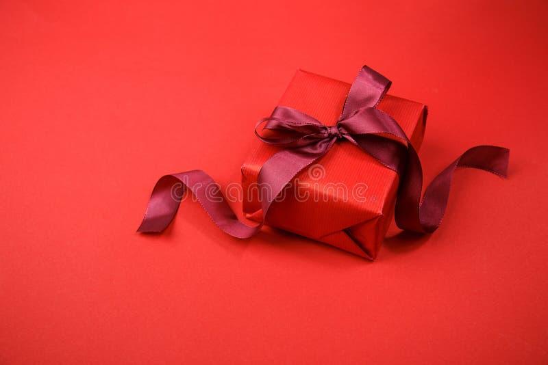 Giftbox rouge disposé sur le rouge photos libres de droits