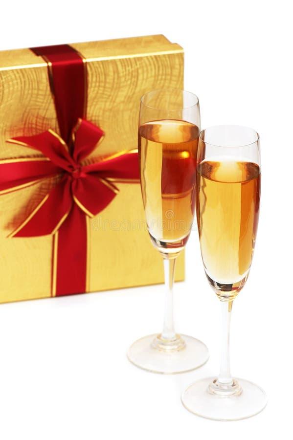 Giftbox und Champagner stockfoto
