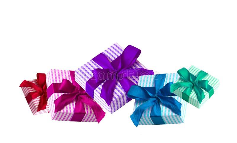 Giftboxes coloridos isolados no fundo branco imagens de stock