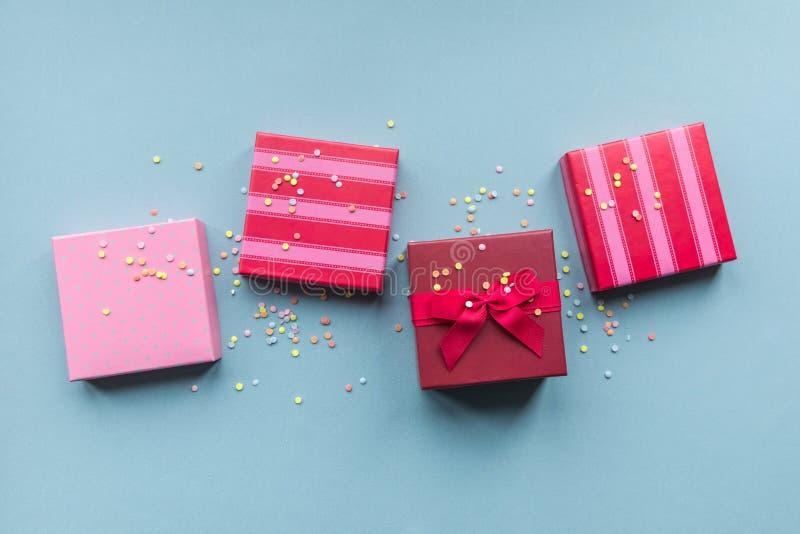 Giftboxes de los días de fiesta en el fondo en colores pastel de la menta foto de archivo libre de regalías