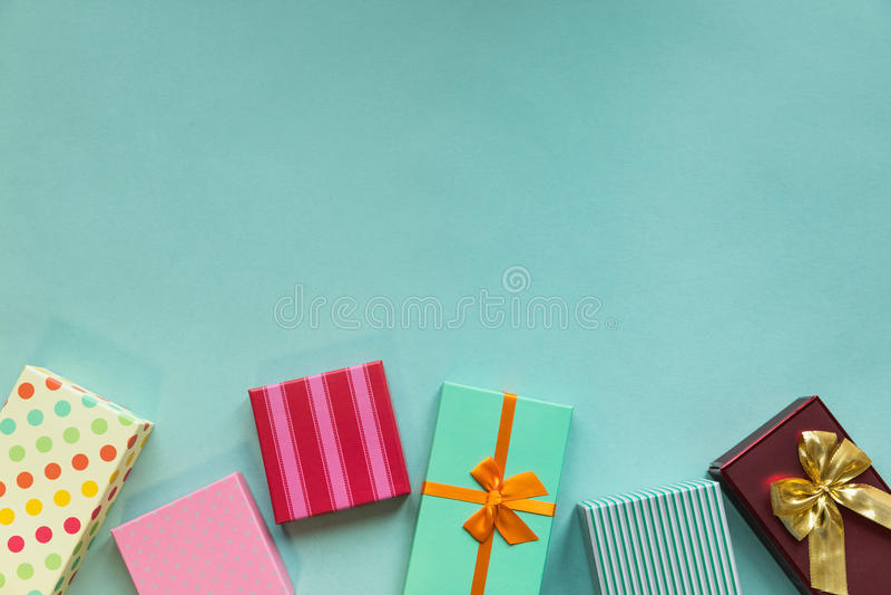 Giftboxes de los días de fiesta en el fondo en colores pastel de la menta imagen de archivo libre de regalías