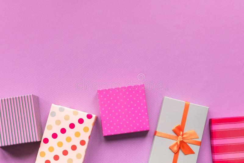 Giftboxes de los días de fiesta en el fondo en colores pastel de la menta imágenes de archivo libres de regalías