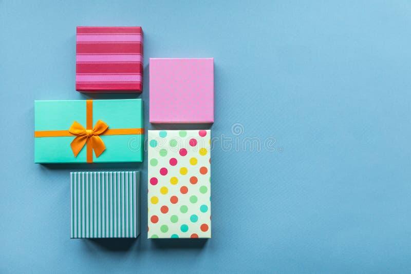 Giftboxes de los días de fiesta en el fondo en colores pastel de la menta para imagenes de archivo
