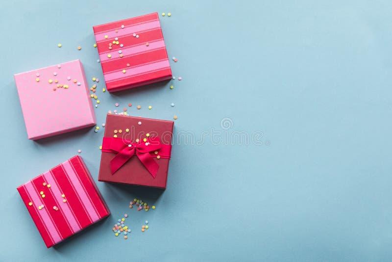 Giftboxes de los días de fiesta en el fondo en colores pastel de la menta para fotografía de archivo libre de regalías