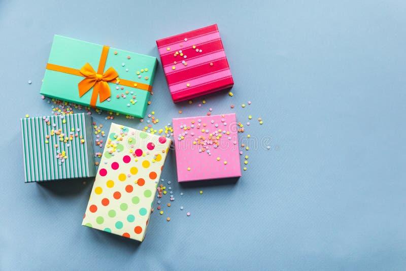 Giftboxes de los días de fiesta en el fondo en colores pastel de la menta para foto de archivo libre de regalías