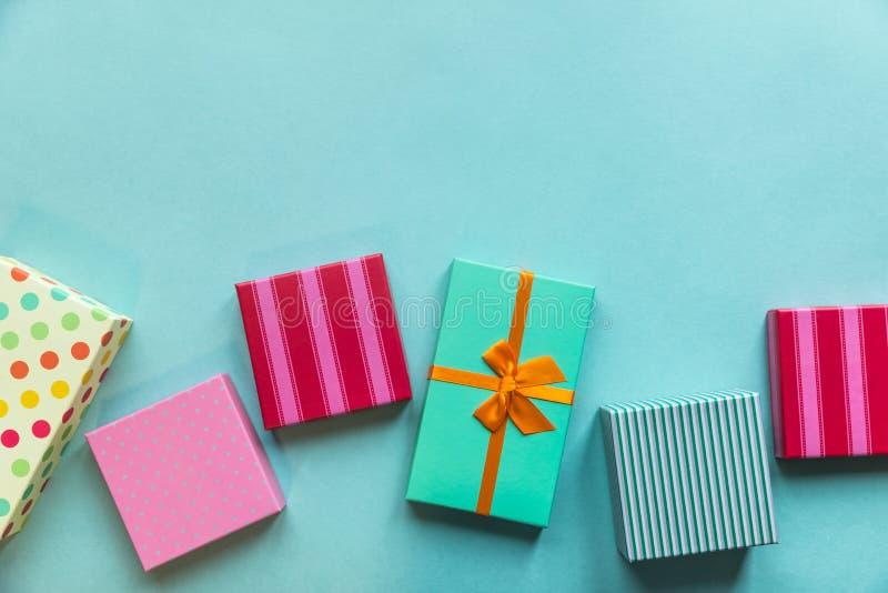 Giftboxes de los días de fiesta en el fondo en colores pastel de la menta para el ` s DA de la madre fotografía de archivo