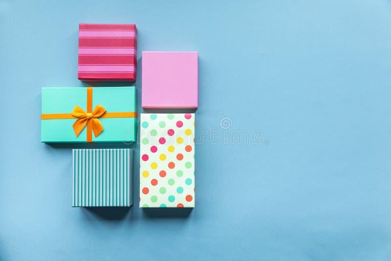 Giftboxes de vacances sur le fond en bon état pour le ` s DA de mère photos libres de droits