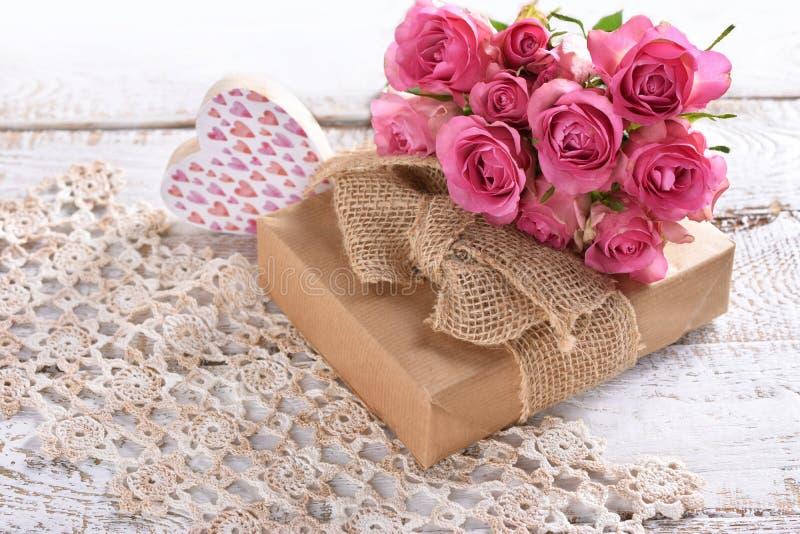 Giftdoos en bos van roze rozen royalty-vrije stock fotografie