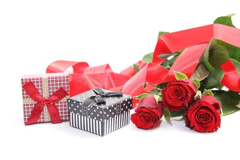 Giftdoos en rode rozen royalty-vrije stock foto