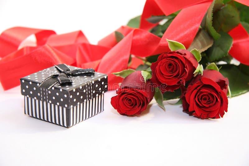 Giftdoos en rode rozen royalty-vrije stock afbeelding