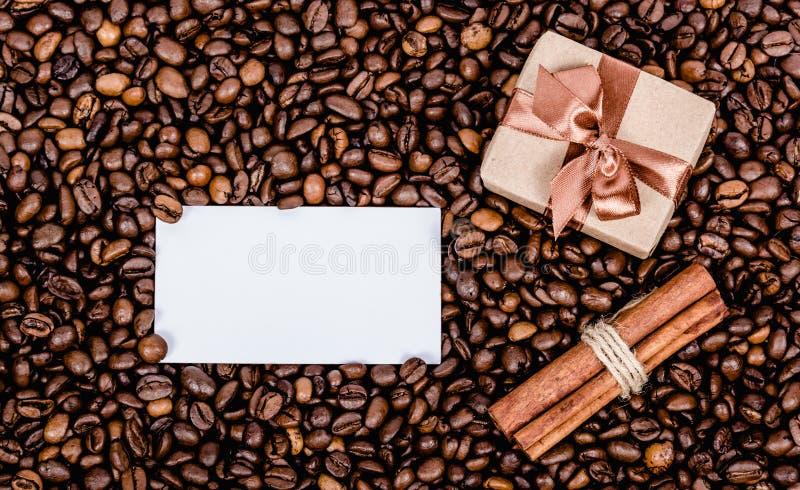 Giftdoos met boog en anote Bericht en giftvakje op koffieachtergrond De ruimte van het exemplaar scrapbook stock afbeelding