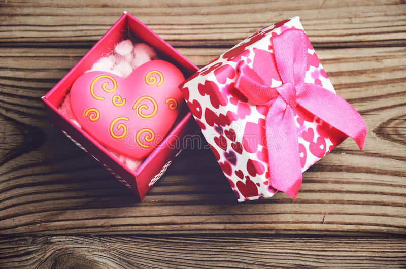 Giftdoos met een hart op een houten close-up als achtergrond horizonta stock foto