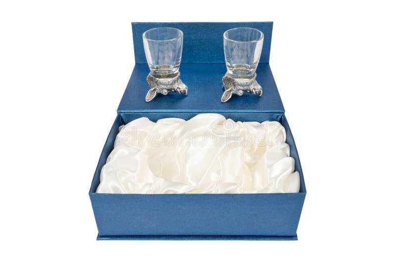 Giftdoos met glazen voor wodka stock foto