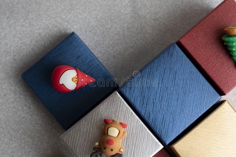 Giftdoos met Kerstmiselementen stock foto