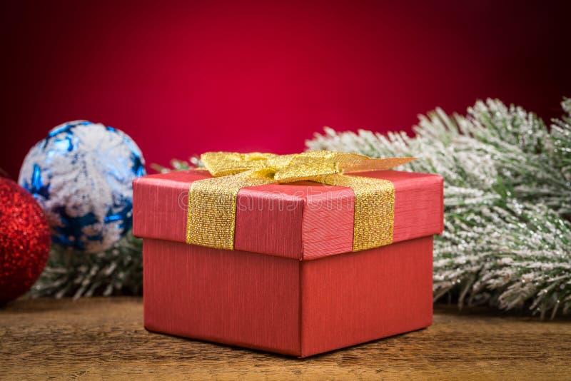 Giftdoos met Kerstmiselementen stock foto's