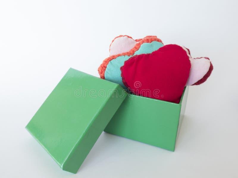 Giftdoos met kleurrijke die harten van wol worden gemaakt stock afbeeldingen