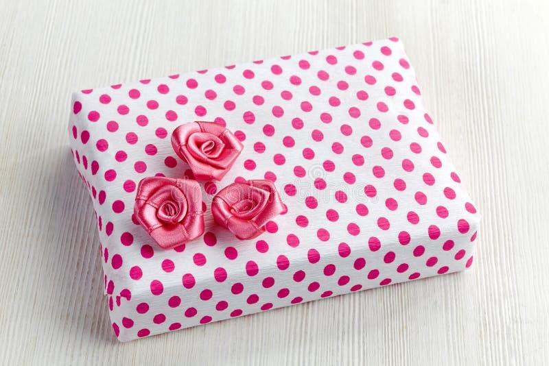 Giftdoos met roze rozen royalty-vrije stock foto