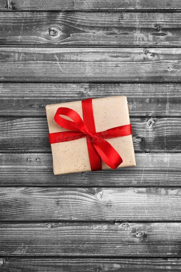 Giftdoos op zwart-wit hout royalty-vrije stock foto's