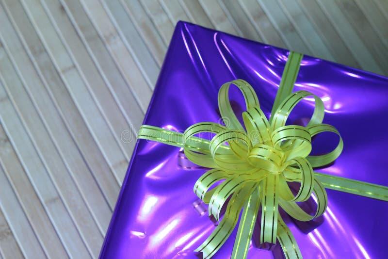Giftdoos van multi-colored prachtig geschikte linten royalty-vrije stock foto