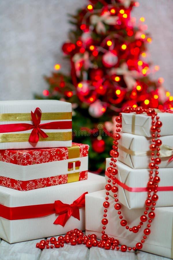 Giftdozen door de Kerstboom royalty-vrije stock afbeelding