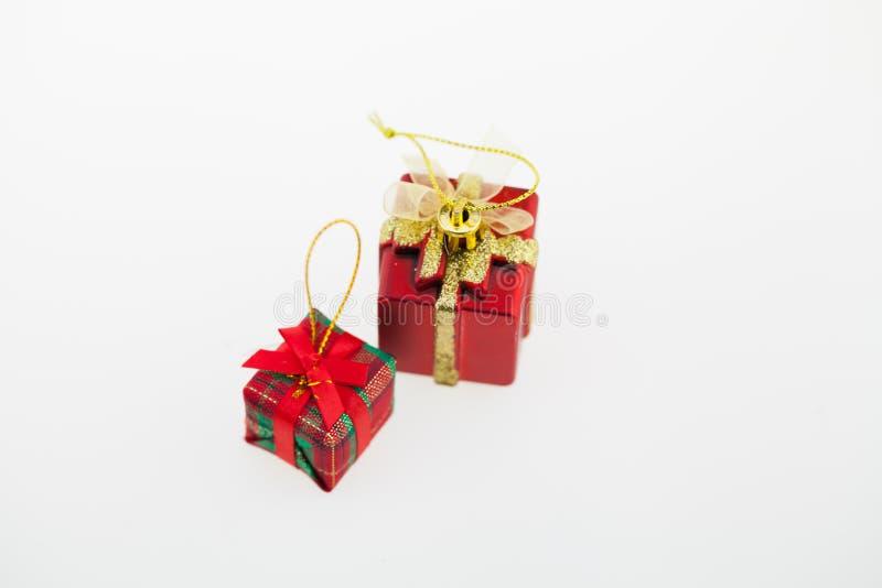 Giftdozen, Kerstmisdag en Nieuwjaar op een witte sur worden geïsoleerd die stock foto