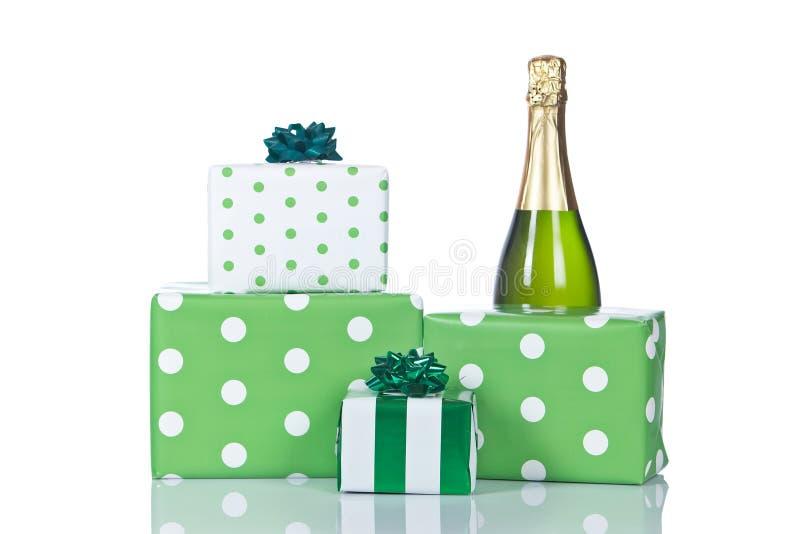 Giften en champagnefles royalty-vrije stock afbeelding