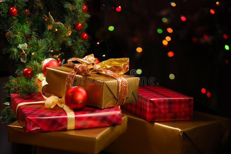 Giften onder de Kerstboom stock afbeelding