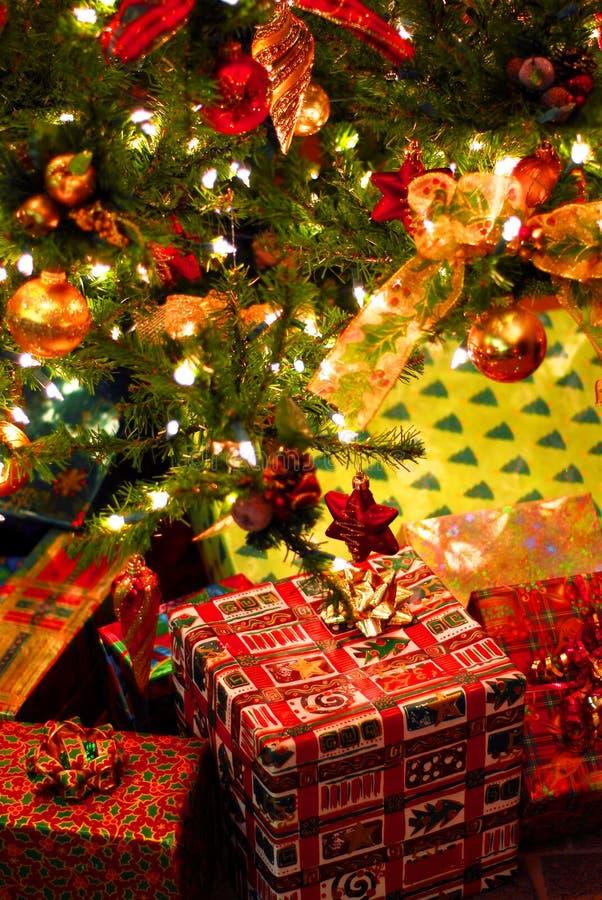 Giften onder Kerstboom royalty-vrije stock afbeelding