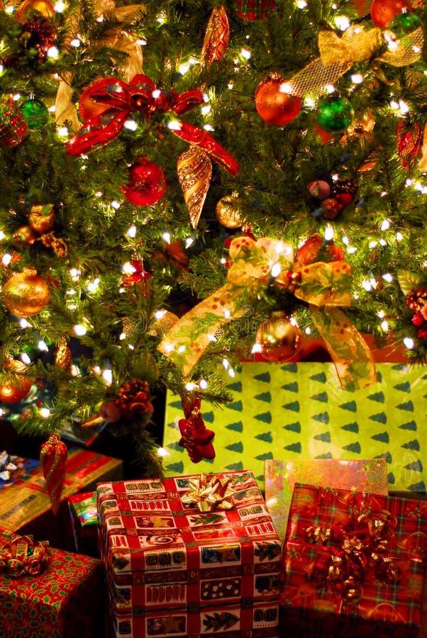 Giften onder Kerstboom stock afbeeldingen