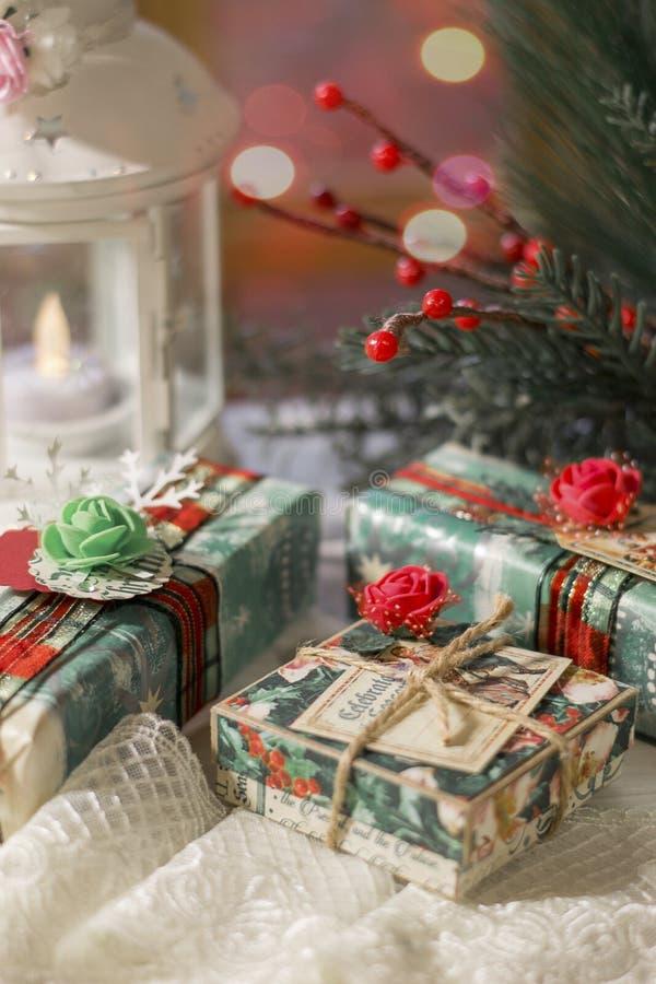 Giften voor de vakantie De giften van Kerstmis in afwachting van het nieuwe jaar en Kerstmis royalty-vrije stock afbeelding