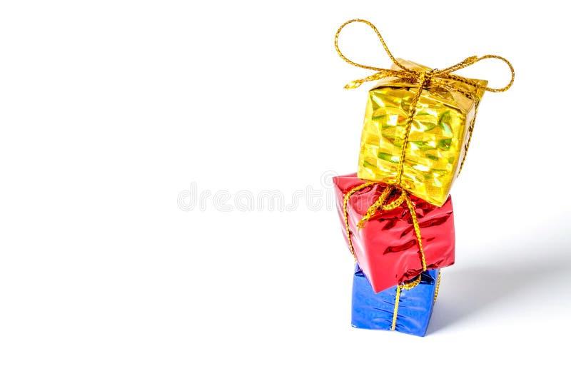 Giftendozen in een multi-colored pakket met een boogtribune wordt verbonden in een geïsoleerd die kolomclose-up royalty-vrije stock afbeelding