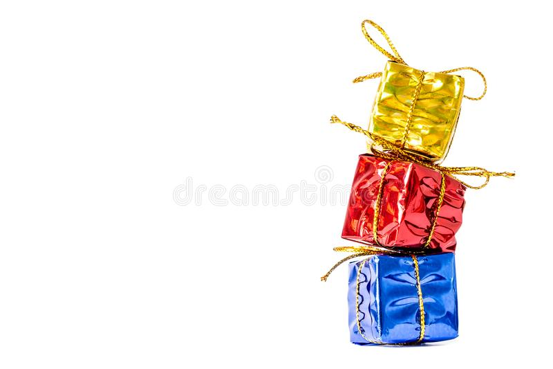 Giftendozen in een multi-colored pakket met een boogtribune wordt verbonden in een geïsoleerd die kolomclose-up stock afbeelding