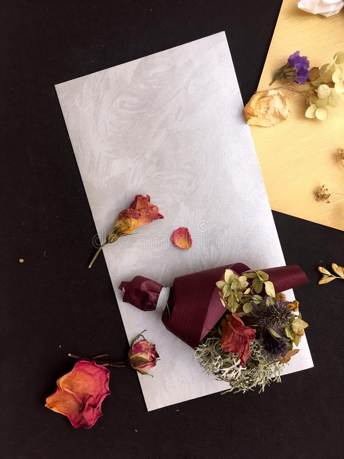 Giftenvelop met droge bloemen Envelop en boeket van droge die bloemen en kruiden in ambachtdocument worden verpakt royalty-vrije stock foto's